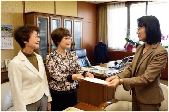 要望書を手渡す、左から、山口律子 県議、高瀬菜穂子 県議  右端は「特命チーム」リーダーの大曲昭恵 副知事