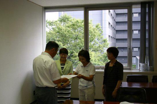 要請書を手渡す県農民組合の代表(中央)と高瀬菜穂子県議(その左)、山口律子県議(同右)
