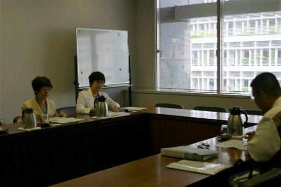 県当局からレクチャー(左から山口律子、高瀬菜穂子両県議 右端は子ども未来政策室長)