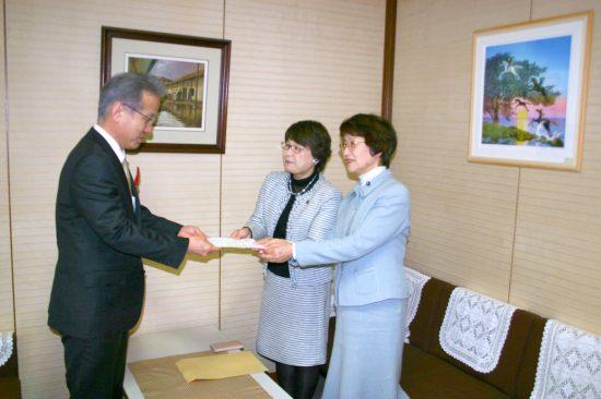 要望書を手渡す、山口律子、高瀬菜穂子の両県議(右から) 左は秘書室長