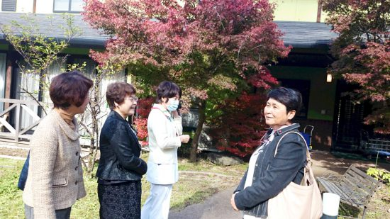 左から、山口律子県議、、高瀬菜穂子県議、ひとりおいて内場恭子古賀市議
